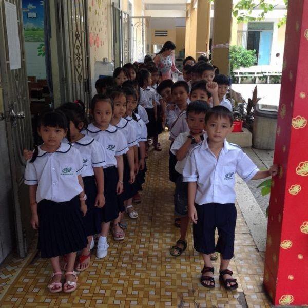 Cần giáo dục cho trẻ về văn hóa xếp hàng từ khi còn bé