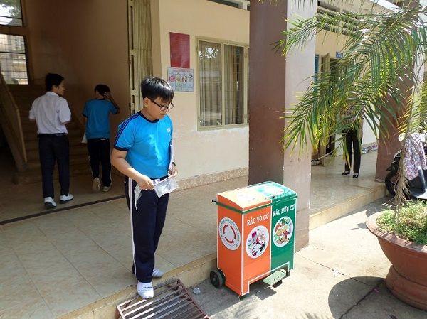 Chúng ta cũng có thể dùng thùng rác đôi để nâng cao ý thức phân loại rác cho học sinh