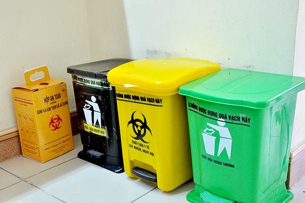 Các thùng rác ở bệnh viện cần có đạp chân để tránh việc mọi người phải tiếp xúc trực tiếp