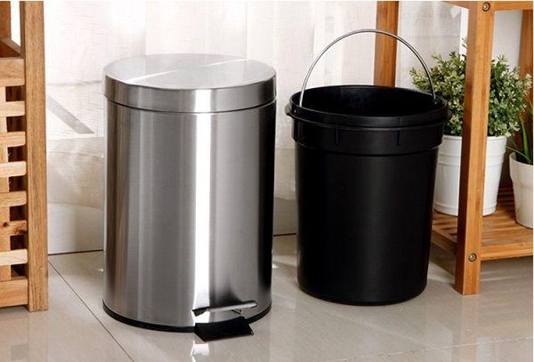 Thùng rác đạp chân có kích thước nhỏ gon với thùng rác rời bên trong