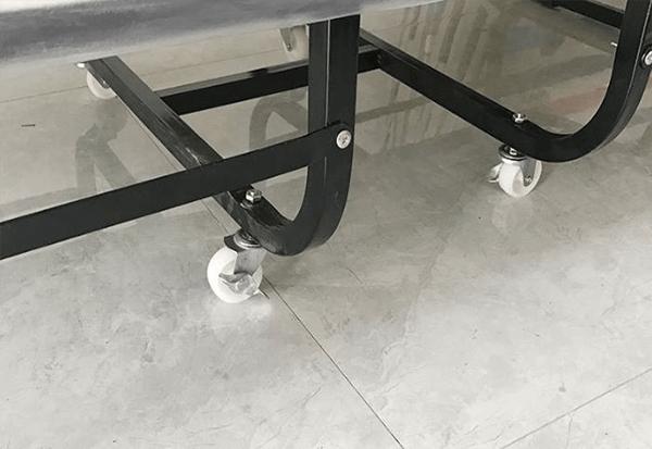 Chân nhựa gắn ở bốn góc giường, giúp di chuyển dễ dàng