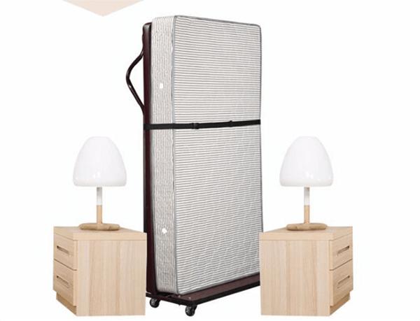 Thiết kế tận dụng tối đa không gian trên cao, có bánh xe gắn ở đầu giường giúp di chuyển dễ dàng