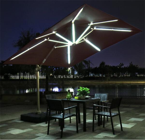 Sử dụng ô có gắn đèn led sẽ giúp không gian lãng mạn hơn