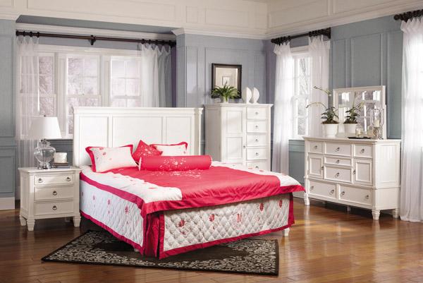 Bộ chăn, ga, gối sở hữu tông trắng, đỏ hòa hợp với căn phòng tông sáng