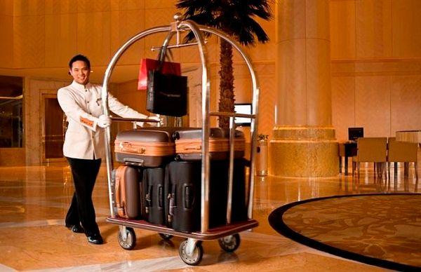 Nhân viên trong trang phục lịch sự cùng chiếc xe đẩy hành lý sẽ là những thứ tạo thiện cảm đầu tiên cho khách hàng