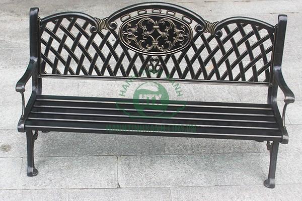 Ghế được đúc từ một loại sắt đặc có sức chịu lực tốt